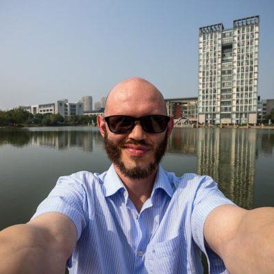 China Exkursion FHWS nach Huzhou: Selfie vor dem See, im Hintergrund das den Kurs beherrbergende Universitätsgebäude Foto: Patrick Beuchert / www.patrick-beuchert.de