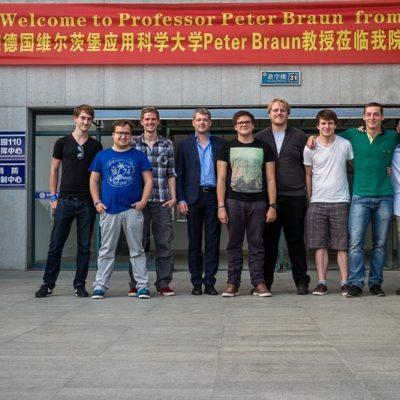 China Exkursion FHWS nach Huzhou: Gruppenfoto vor Willkommensbanner Foto: Patrick Beuchert / www.patrick-beuchert.de