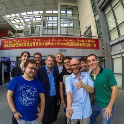 China Exkursion FHWS nach Huzhou: Gruppenselfie vor Willkommensbanner Foto: Patrick Beuchert / www.patrick-beuchert.de
