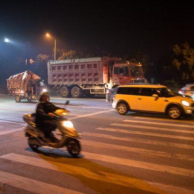 China Exkursion FHWS nach Huzhou: Dichter Straßenverkehr am Abend mit Smog Foto: Patrick Beuchert / www.patrick-beuchert.de