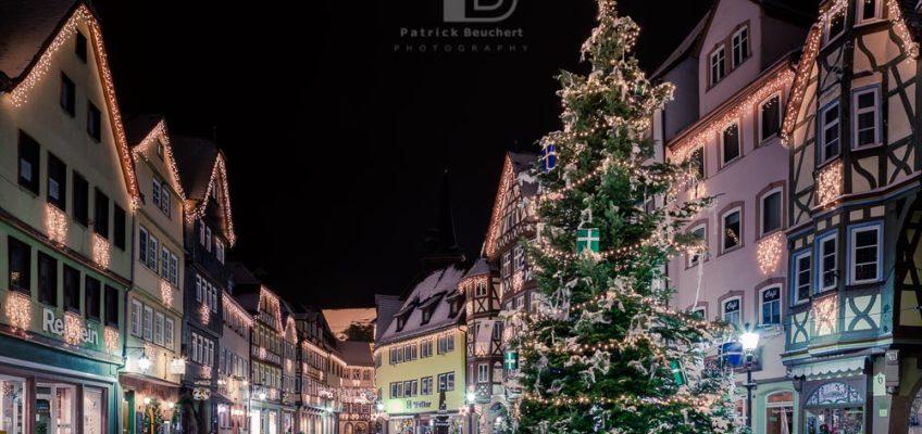 Marktplatz Wertheim bei Nacht im Winter mit Schnee