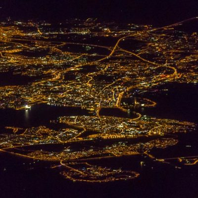 Luftaufnahme Anflug Abu Dhabi bei Nacht, Hauptstadt der Vereinigten Arabischen Emirate, Zwischenstop für eine Exkursion der FHWS nach Indien zum India Gateway Program 2016  Foto: Patrick Beuchert / www.patrick-beuchert.de